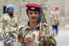 Emeni rymmer den militära mannen Kalashnikovmaskingeväret, den Hadramaut dalen, Yemen royaltyfri bild