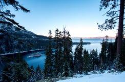 Emerald Bay avec la neige d'hiver photographie stock libre de droits