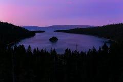Emerald Bay en el lago Tahoe antes de la salida del sol, California, los E.E.U.U. Fotografía de archivo libre de regalías