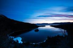 Emerald Bay At Lake Tahoe vóór Zonsopgang Stock Foto's
