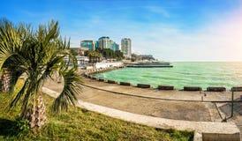 Emerald Black Sea en Sochi soleada foto de archivo