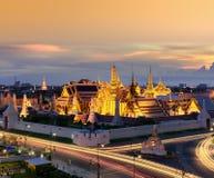 Emerald Buddha de oro en la puesta del sol, Bangkok, Tailandia Foto de archivo