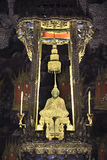 Emerald Buddha mit Goldseil Stockbild