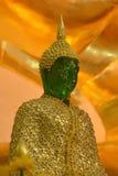 Emerald Buddha mit Winterkonzept und goldenem Hintergrund Stockfotografie