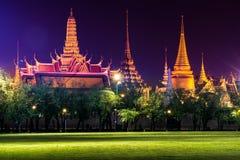 Emerald Buddha Temple (Wat Phra Kaew) en la noche Fotos de archivo