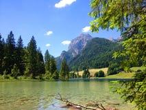 Emerald Green Mountain Lake dans les Alpes Photos libres de droits
