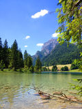 Emerald Green Mountain Lake dans les Alpes Photographie stock