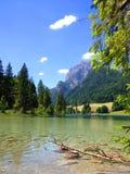 Emerald Green Mountain Lake en las montañas Fotografía de archivo