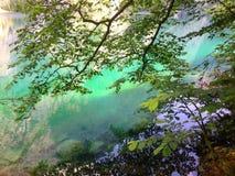 Emerald Green Mountain Lake en las montañas Fotos de archivo libres de regalías