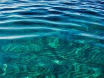 Emerald Green Ripples Reflected em Sandy Sea Bed foto de stock