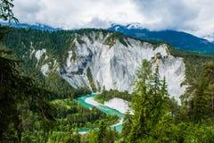 Emerald Green River Meandering através da floresta e da rocha do pinheiro fotografia de stock royalty free