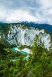 Emerald Green River Meandering através da floresta e da rocha do pinheiro imagens de stock