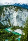 Emerald Green River Meandering par la forêt et la roche de pin photos stock