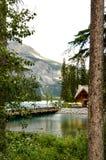 Emerald Lake ajustou-se contra montanhas rochosas Foto de Stock Royalty Free