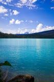 Emerald Lake em Yoho National Park, a montanha canadense de Montanhas Rochosas imagens de stock