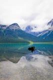 Emerald Lake en Yoho National Park, la montaña canadiense de las montañas rocosas Fotos de archivo libres de regalías