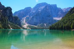 Emerald Lake entre las montañas imagen de archivo