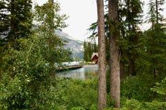 Emerald Lake fijó contra el ` s Rocky Mountains de Canadá Fotos de archivo