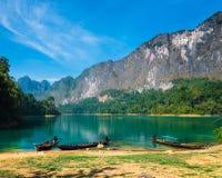 Emerald Lake med blå himmel Fotografering för Bildbyråer