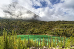Emerald Lake, montagne brumeuse Photographie stock
