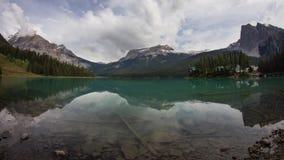 Emerald Lake på en molnig morgon lager videofilmer