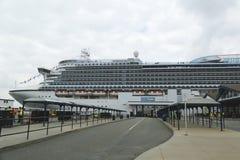 Emerald Princess Cruise Ship anslöt på den Brooklyn kryssningterminalen Royaltyfria Foton