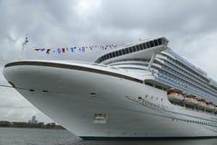 Emerald Princess Cruise Ship bij de Cruiseterminal die van Brooklyn wordt gedokt Stock Foto