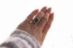 Emerald Ring, joia antiga, tratamento de mãos puro, mão no ar Imagens de Stock