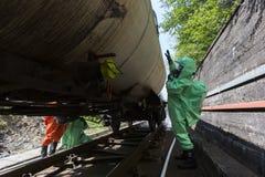 A emergência tóxica dos produtos químicos e dos ácidos team verificando o tanque Fotos de Stock Royalty Free