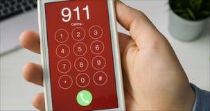 Emergencia número de marca 911 en el smartphone almacen de metraje de vídeo
