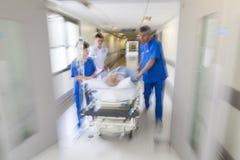 Emergencia paciente del hospital de la camilla del ensanchador de la falta de definición de movimiento Foto de archivo libre de regalías