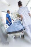 Emergencia paciente del hospital de la camilla del ensanchador de la falta de definición de movimiento Fotos de archivo libres de regalías