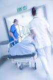 Emergencia paciente del hospital de la camilla del ensanchador de la falta de definición de movimiento imagenes de archivo