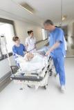 Emergencia paciente del hospital de la camilla del ensanchador de la falta de definición de movimiento foto de archivo