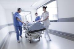 Emergencia paciente del hospital de la camilla del ensanchador de la falta de definición de movimiento fotos de archivo