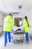 Emergencia paciente del hospital de la camilla del ensanchador de la falta de definición de movimiento Imágenes de archivo libres de regalías
