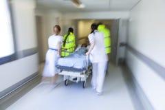 Emergencia paciente del hospital de la camilla del ensanchador de la falta de definición de movimiento Imagen de archivo