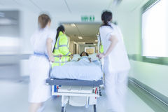 Emergencia paciente del hospital de la camilla del ensanchador de la falta de definición de movimiento Fotografía de archivo