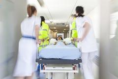 Emergencia paciente del hospital del niño de la camilla del ensanchador de la falta de definición de movimiento Foto de archivo libre de regalías