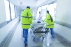 Emergencia paciente del hospital del niño de la camilla del ensanchador de la falta de definición de movimiento Fotos de archivo