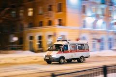 Emergency Ambulance Van Car Moving στην οδό χειμερινής νύχτας στοκ εικόνες με δικαίωμα ελεύθερης χρήσης