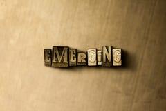 EMERGENZA - il primo piano dell'annata grungy ha composto la parola sul contesto del metallo Immagine Stock