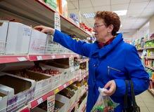 Emeryt kupuje cukierek przy supermarket sieci ` magnesu handlarski ` Obraz Royalty Free