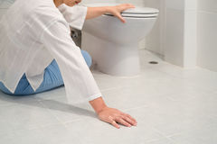 Emerytura kobieta spadał puszek w toalecie Obraz Royalty Free