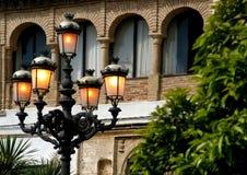 Emetta luce a partire dalla sera in anticipo delle lampade di via in Spagna Fotografia Stock