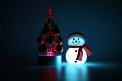 Emettendo luce dall'interno del pupazzo di neve e dell'albero di Natale Fotografia Stock Libera da Diritti