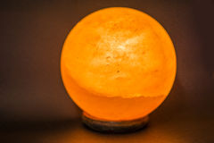 Emettendo luce intorno alla lampada rossa del sale Fotografia Stock Libera da Diritti
