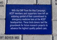 EMF pflastern den Weisen-Kampagnenziegelstein, EMF-Piazza, nationales ACEP Hauptsitz hat, Dallas, Texas stockbilder