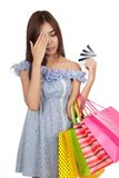 Emicrania asiatica della donna con le carte di credito troppo Fotografie Stock
