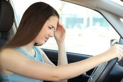 Emicrania di sofferenza dell'autista che conduce un'automobile fotografia stock